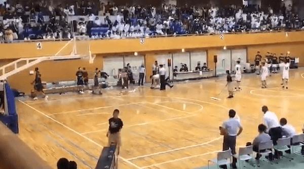 全九州バスケ男子の準決勝で審判が選手に殴られる動画のキャプチャ画像