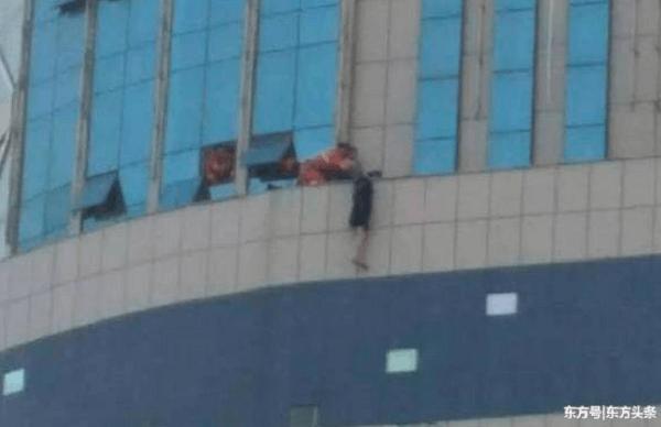 中国の飛び降り自殺問題で消防隊が救助している当時の画像