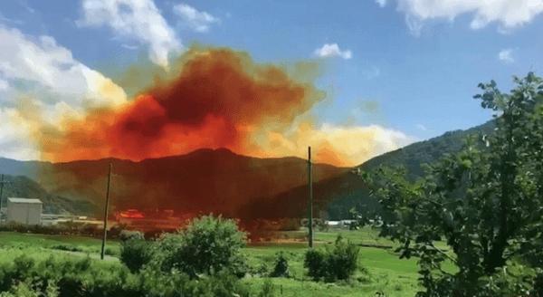 若狭テクノバレーの化学薬品工場で爆発事故が起きオレンジ色の煙が上がる現場の画像