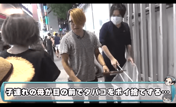 渋谷で子連れの母親がタバコのポイ捨てする動画のキャプチャ画像