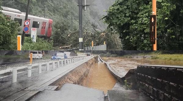 佐賀県唐津市浜玉町の筑肥線が脱線して道路が陥没・冠水している写真画像