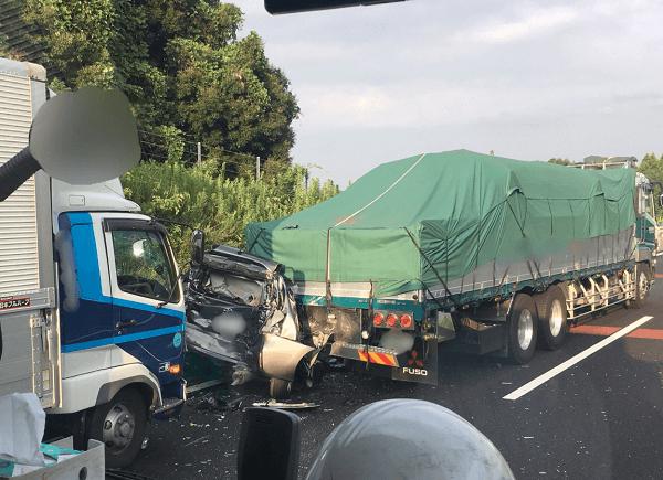 新名神の亀山JCT付近でトラックが乗用車に突っ込む追突事故の現場の画像