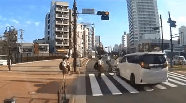 吉澤ひとみ容疑者と自転車が接触するひき逃げ事件のドラレコ映像の画像