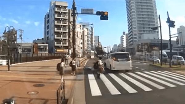 吉澤ひとみ容疑者が自転車をはねて逃走するドラレコ映像の画像