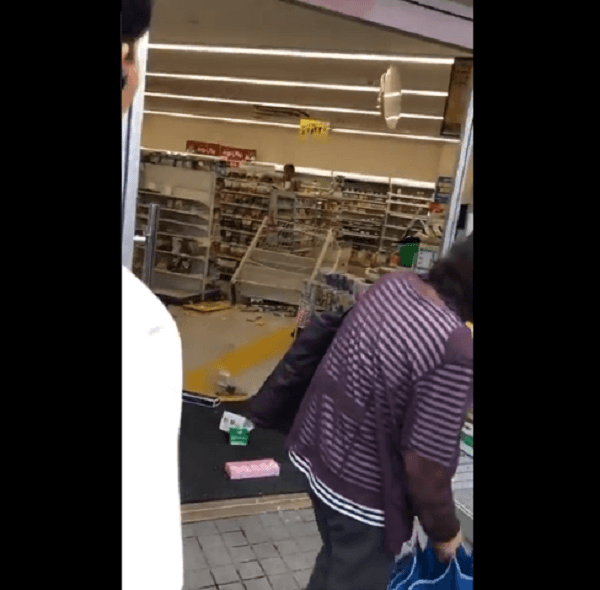 コンビニで暴れ商品を投げつける事件の現場の画像
