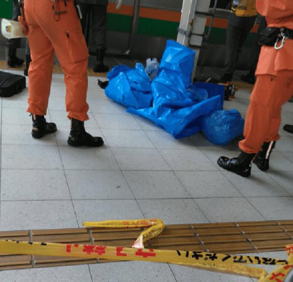 大宮駅で人身事故が起き死体をブルーシートで隠している現場の画像