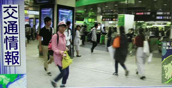 ピンク帽子の女性が新宿駅の台風中継に映り込む画像