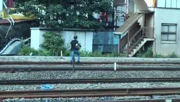 新宿駅で線路内立ち入りをして逃走した痴漢男性の写真画像