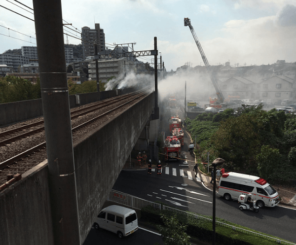 京王堀之内駅付近で沿線火災の現場画像