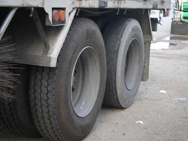 大型トラックのタイヤ破裂死亡事故のイメージ画像