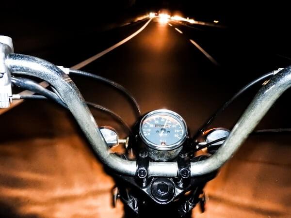 15歳の夜に少年が盗んだバイクで事故のイメージ画像