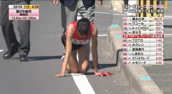 プリンセス駅伝で四つん這いになり血だらけで走る岩谷産業の飯田怜選手の写真画像