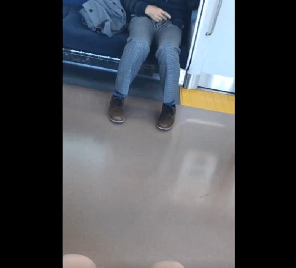 電車内で性器を出して女子高生の前でシコるおじさんの画像