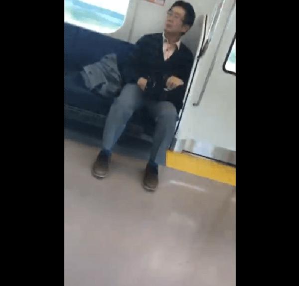 電車で女子高生に自慰行為を見せつける動画のキャプチャ画像