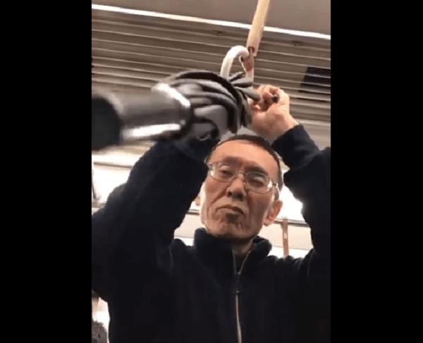 泉北高速鉄道線に傘突きつけおじさんの動画のキャプチャ画像