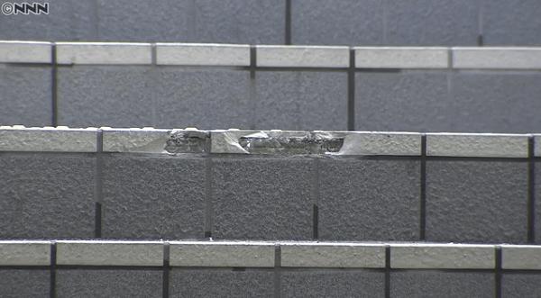 高岡駅前の歩行者用地下道に軽トラ進入し階段が破損している画像
