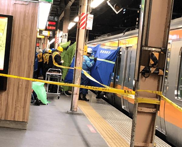 中野駅の人身事故で救急隊らがブルーシートで隠している現場画像