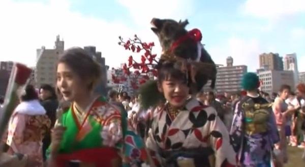 北九州市成人式で頭にイノシシを乗せた女性の写真画像