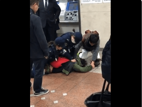 名駅で強盗男の身柄確保し逮捕した現場画像