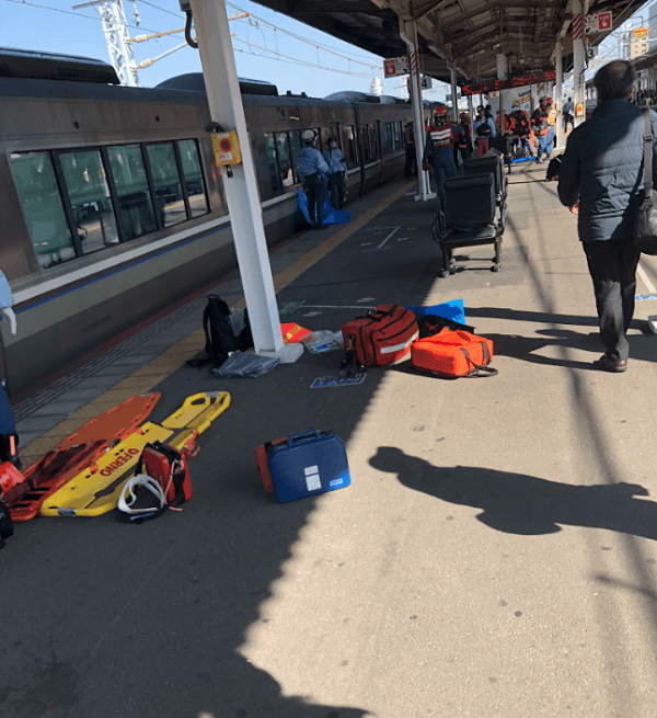 JR神戸線の明石駅の人身事故で救護活動している現場画像