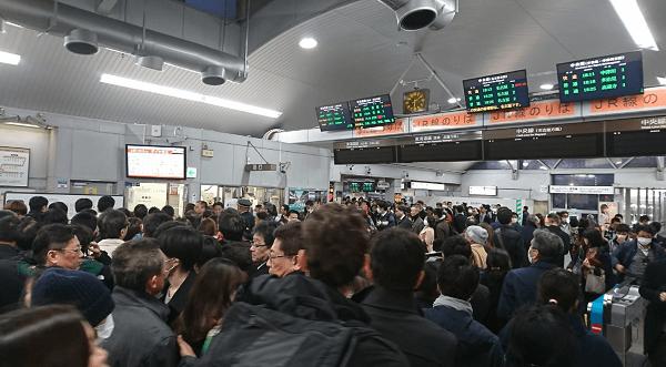 東海道線の岡崎駅付近の人身事故で駅が混雑している画像