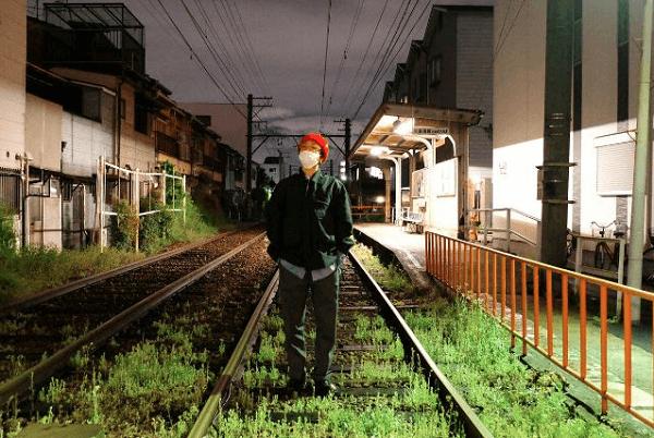 イェソンさん線路内に立ち入り写真撮影している画像