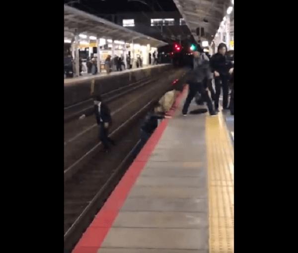 山科駅で救助するため線路内に立ち入った動画のキャプチャ画像
