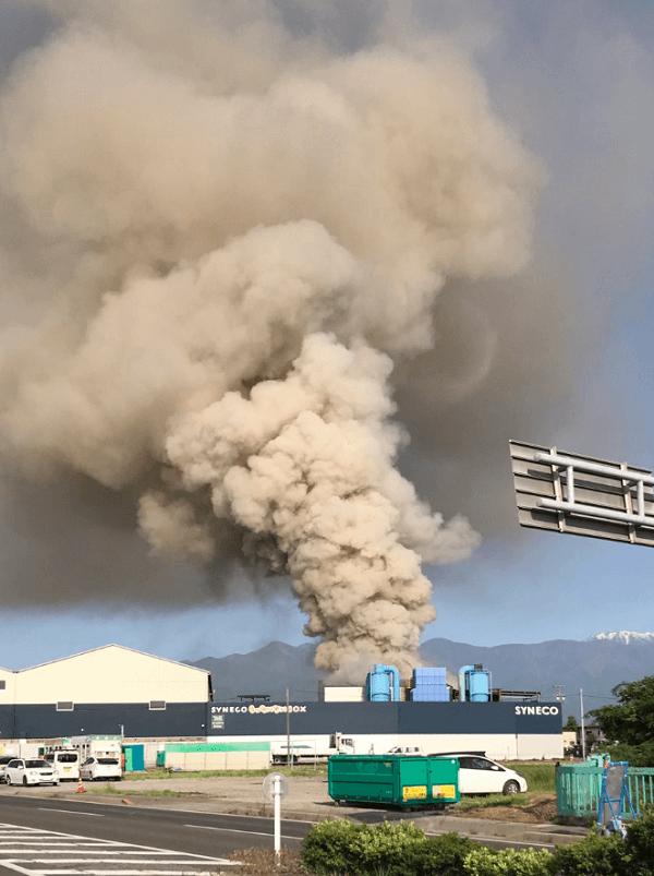 しんえこで大量の黒煙を上げる火事が起きている現場画像