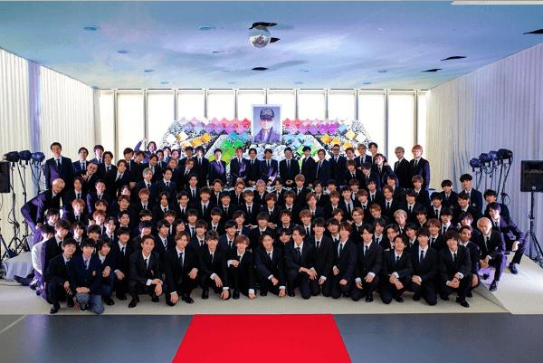 ジャニー喜多川さんの家族葬の集合写真の画像