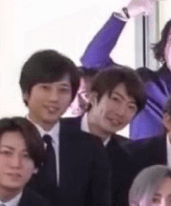 二宮さんと相場さんの間に森田剛さんが映っている心霊写真状態の画像