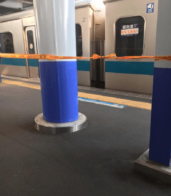 生田駅の人身事故でホームに規制線が張られている現場画像