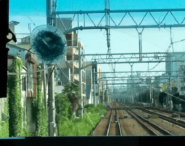 東海道線でリュックサックが投げ込まれフロントガラス破損している画像