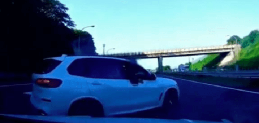 男が車を止め道路を塞ぎ威圧している現場の画像