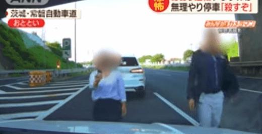 横浜ナンバーのBMWの運転手の男が男性の車に近寄る画像