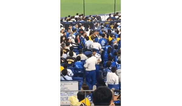 阪神ファンの男がヤジを飛ばされ口論している現場の画像