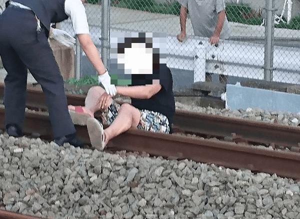 京王線でおじさんが線路内に寝転んでいる現場の画像