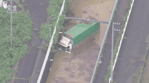 いなべ市大安町梅戸のアンダーパスでトラックが水没している現場の画像