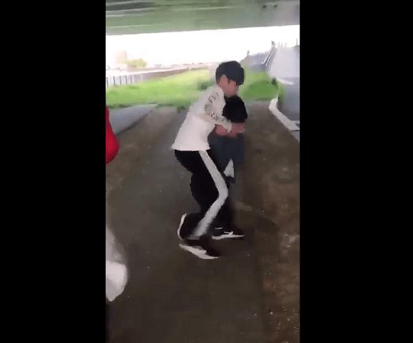 杉田ひろとが女子中学生の首を絞めているいじめ動画のキャプチャ画像