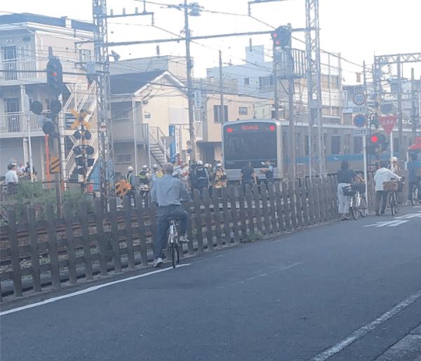 小田急江ノ島線の大和駅付近の人身事故で救護活動している現場の画像