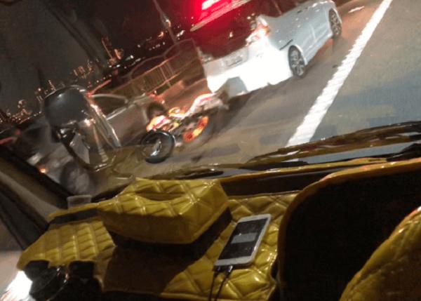枚方大橋の多重事故でバイクや車が破損している現場画像