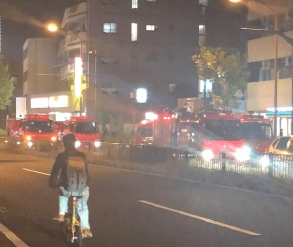 東武東上線の人身事故で緊急車両が集結している現場の画像