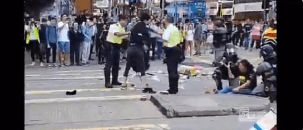 香港警察に撃たれた男性が意識を回復させた画像
