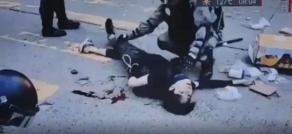 香港警察にデモ隊の学生が撃たれ倒れている画像