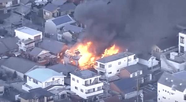 笠松町下本町の住宅で火事が起きているニュースのキャプチャ画像