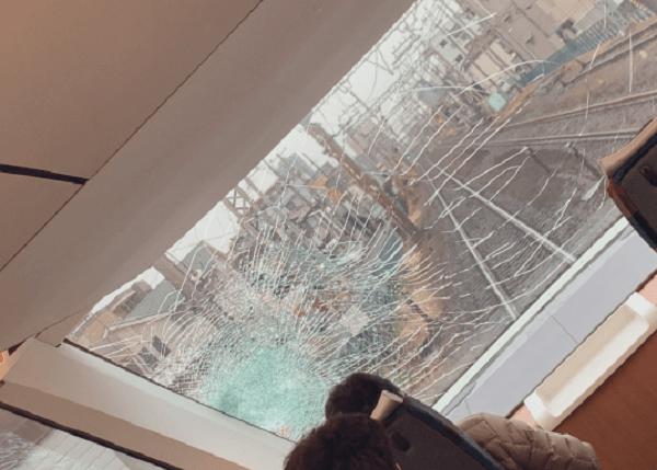 相武台前駅の人身事故でフロントガラスが大破している画像
