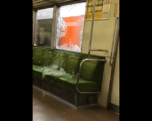東上線で投石があり窓ガラスが割れた動画のキャプチャ画像