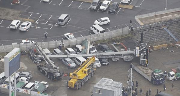 塩釜市新浜町の工事現場のクレーン車横転事故現場の画像