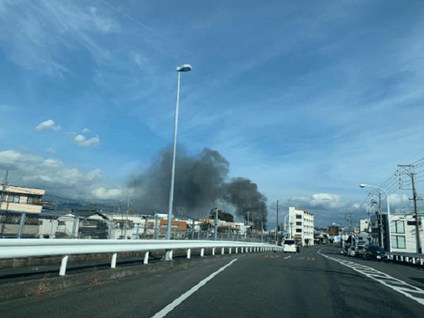 静岡市清水区新富町の沿線火災で黒煙が立ち上っている画像