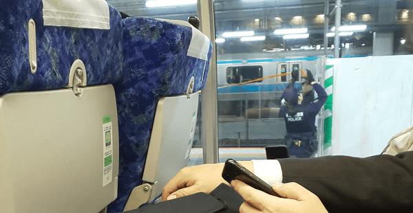 東海道線の川崎駅で人身事故が起き警察が現場検証している画像