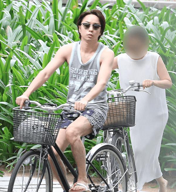 ベトナム旅行で櫻井翔さんの服装がダサいと話題になっている画像